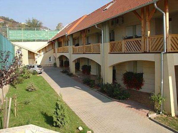 Makartanya Hotel, Печ