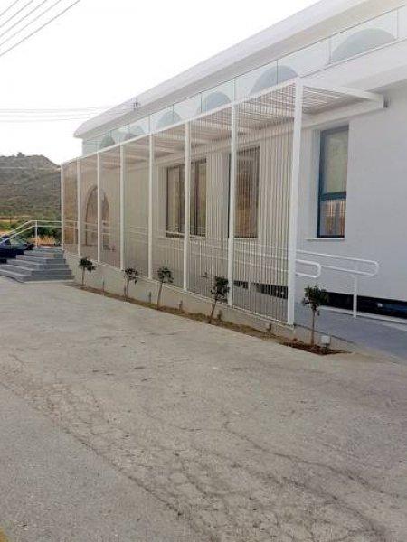 E.J. Pyrgos Bay Hotel, Polis