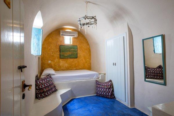 Caveland, Santorini